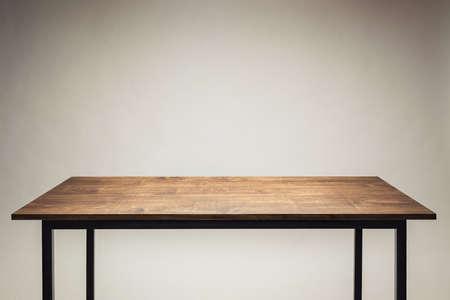 Houten tafel tegen een grijze achtergrond.