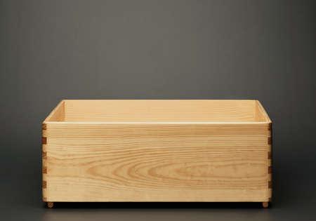 Lege houten kist op een grijze achtergrond