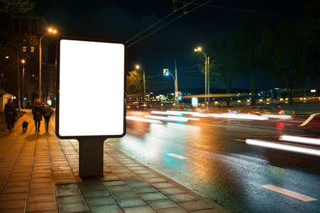 pizarra: Cartelera publicitaria en blanco en la ciudad por la noche.