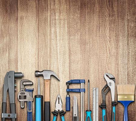 herramientas de carpinteria: Varios carpintería, reparación, herramientas de bricolaje en fondo de madera