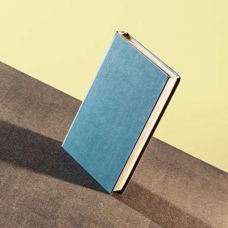 libros abiertos: Libro sobre la mesa