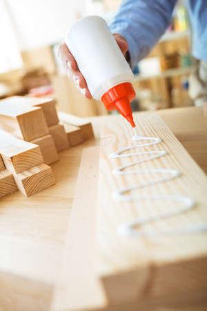 pegamento: Pegado de la tabla de madera. concepto de bricolaje. Foto de archivo