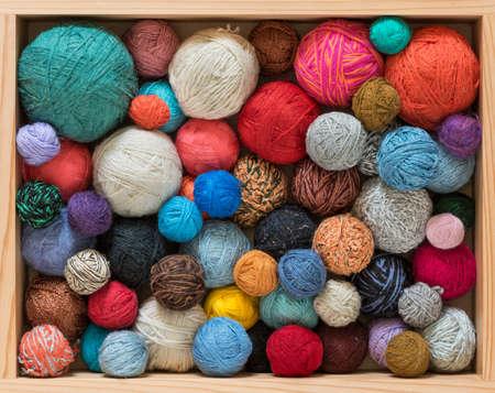 Colorful yarn balls in wooden box 版權商用圖片 - 85505144