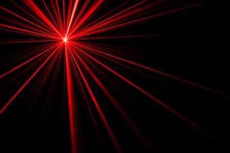 Roter Laserstrahl-Lichteffekt auf schwarzem Hintergrund, Foto.