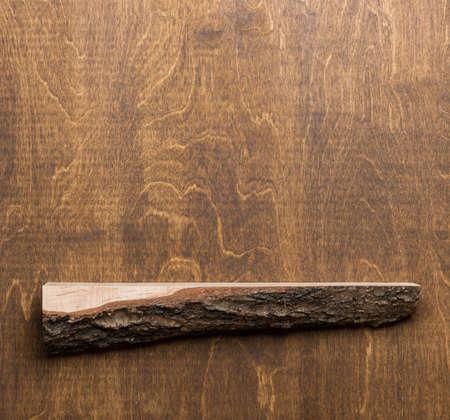 Empty lumber shelf on brown plywood wall. 版權商用圖片 - 87962045