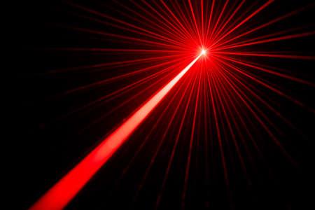 Rood laserstralen lichteffect op zwarte foto als achtergrond.