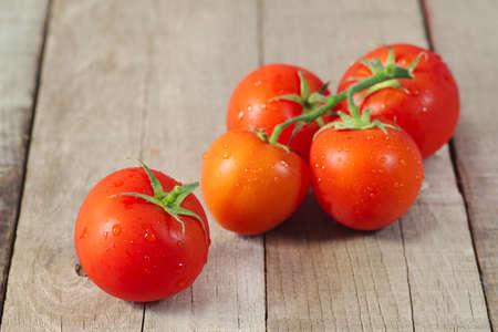 pomidory: czerwone pomidory na drewnianym tle Zdjęcie Seryjne