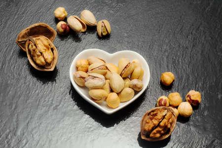 frutos secos: frutos secos sobre fondo ardesia