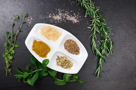 aromatický: aromatické byliny a sušené koření přes břidlice listu