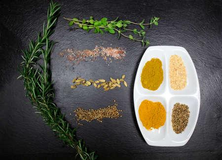 aromatický: aromatické byliny a koření přes břidlice listu