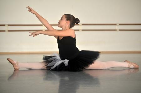ballet bar: Portrait of a teenage girl ballet dancer performing a split Stock Photo