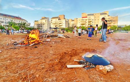 lag: TEL AVIV, ISRAEL - MAY 18, 2014: Secular Israeli Kids having fun at Lag BaOmer with taboon bread, bonfires and food Editorial