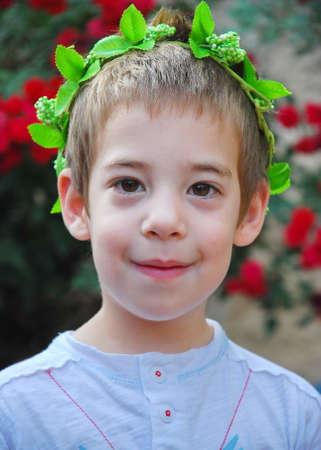 pfingsten: Ein kleiner Junge tr�gt eine Krone aus Weinbl�ttern bereit, die traditionell j�dische Fest Schawuot (Wochenfest) oder Pfingsten feiern.