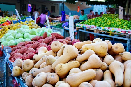yom kippur: TEL AVIV - OCT 3, 2014: People shopping for fresh produce in a traditional Tel Aviv outdoor fruit and vegetable market on the eve of Yom Kippur