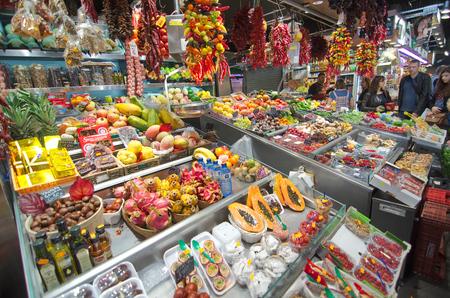 mercat: BARCELONA, SPAIN - OCT 14, 2014: People shopping and selling in the in the famous Barcelona La Boqueria Market (Mercat de Sant Josep de la Boqueria) in Catalonia, Spain Editorial