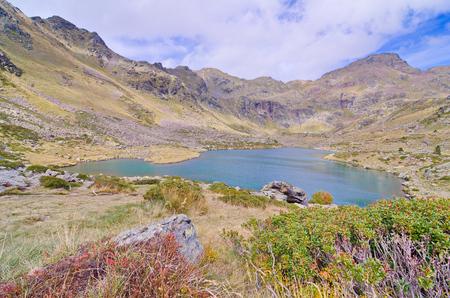 cartilla: Estany Primer - uno de los tres lagos de Tristaina (Estanys de Tristaina) en Andorra, cerca de la estaci�n de esqu� de Ordino-Arcal�s, en la primavera Foto de archivo