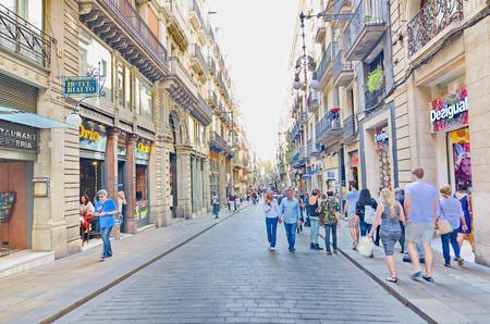 gotico: BARCELONA - 16 de octubre 2014: La gente recorriendo la calle Carrer de Ferran en el Barcelona, ??España Gorhic Quarter (Barri Gotic)
