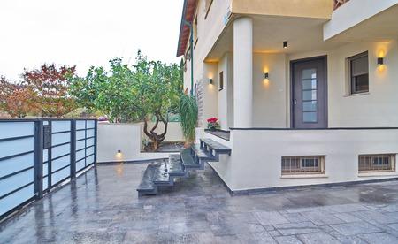 fachada: Entrada a una casa mediterr�nea moderna con elementos de metal y piedra