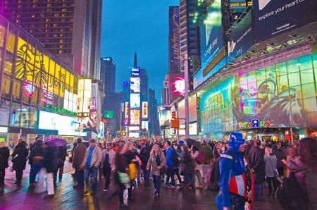 夜 - ライオン王と他のショーのためのアニメーションの兆候と忙しいブロードウェイ ニューヨーク、2015 年 3 月 14 日: タイムズ ・ スクエア。 シア