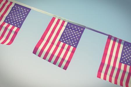 independencia: Una cadena  guirnalda  Bunting de EE.UU. banderas que cuelgan con orgullo para julio 4 día de la independencia - la vendimia  retro  Instagram procesada