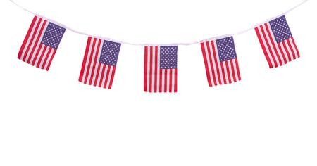 independencia: Un empavesado guirnalda cadena de banderas de EE.UU. colgando con orgullo a 04 de julio D�a de la Independencia
