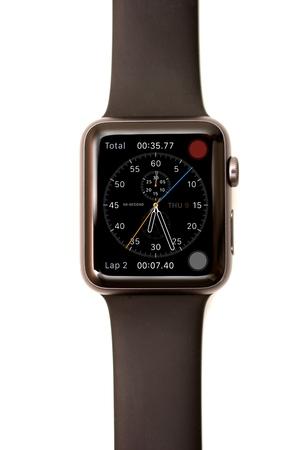 cronografo: NUEVA YORK - 9 de julio, 2015: Imagen de alta resolución de la pantalla Apple Seguir: El cronógrafo de la cara con las mediciones hora, la fecha, el total, y de vuelta.