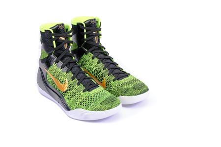 NEW YORK - Dezember 15, 2015: Eine hochmoderne Nike Kobe IX Elite Victory High-Top-grün und schwarz Flyknit Basketballschuh Sneaker, isoliert auf weiß