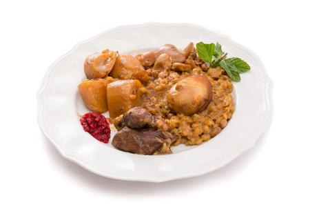 shabat: Cholent tradicional jud�a (Hamin) preparado es Israel como el plato principal de la comida de Shabat con carne de res, papa, habas, cebada, y m�s y se sirve con salsa de r�bano picante (Chrein)