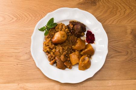 sabbat: Cholent tradicional jud�a (Hamin) preparado es Israel como el plato principal de la comida de Shabat con carne de res, papa, habas, cebada, y m�s y se sirve con salsa de r�bano picante (Chrein)