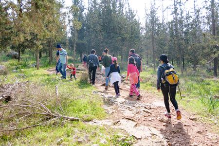 エルサレム - 2 月。11、2017: Isaraeli 第 4 小学校の子供たちと Jerulaem の近くの森に遠足に親グループ