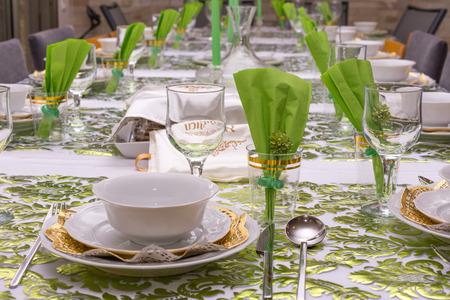 テル ・ アビブ、イスラエル、Matzos と伝統的なセダー プレートのグリーンとゴールドの装飾とモダンなセーデル ・ テーブル。 マツのカバーは、ヘ
