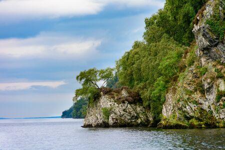 夏は、美しいネス湖、スコットランドのハイランド地方の山々