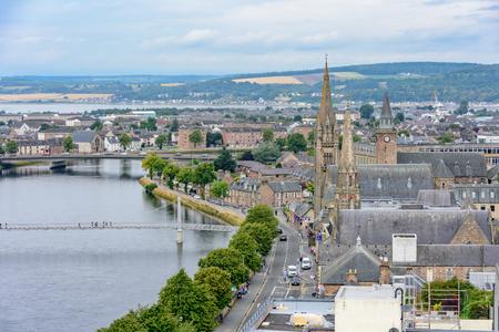 Vista, de, inverness, escócia, reino unido, de cima, caracterizando, alto alto, igreja, e, a, rio, Ness. Tomado da torre do castelo de Inverness. Foto de archivo