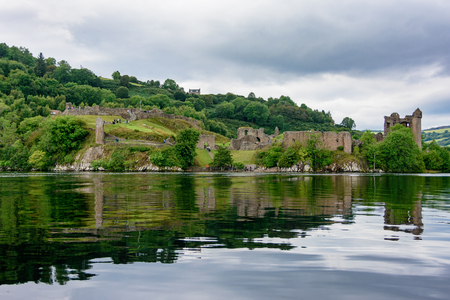 LOCH NESS - AUG. 22, 2017: People visiting the historic Urquhart Castle on Loch Ness in the Scotland Highlands Foto de archivo