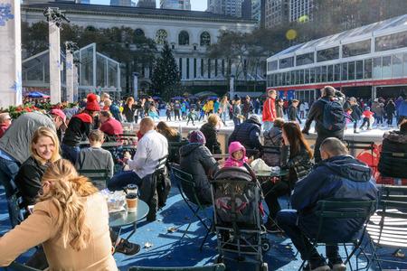 NEW YORK CITY - NOV. 25. 2017: persone pattinaggio su ghiaccio al chiuso e socializzazione presso l'Herald Square Holiday Market il Black Friday a Manhattan Archivio Fotografico - 92506452