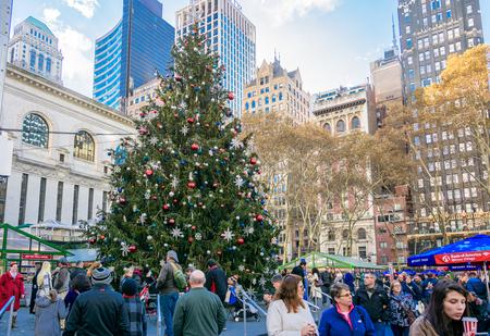 NEW YORK CITY - NOV. 25. 2017: persone che si godono l'enorme albero di Natale all'Herald Square Holiday Market il Black Friday a Manhattan Archivio Fotografico - 92506453
