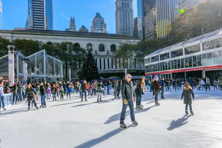 NEW YORK CITY - NOV. 25. 2017: persone pattinaggio su ghiaccio al chiuso al Herald Square Holiday Market il Black Friday a Manhattan Archivio Fotografico - 92506579
