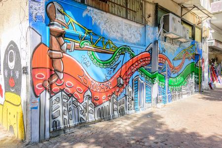 TEL AVIV-OCT 13, 2017 : Nahlat Binyamin의 보행자 거리에있는 남쪽 텔 아비브의 힙 거리에있는 현대 낙서 예술