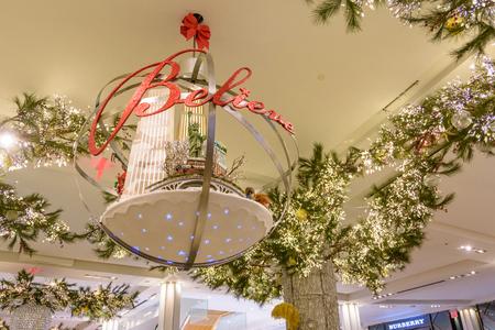 NEW YORK CITY - NOV. 25. 2017: un decpratopm natalizio nel negozio Herald Square di Macy il Black Friday Archivio Fotografico - 92506517