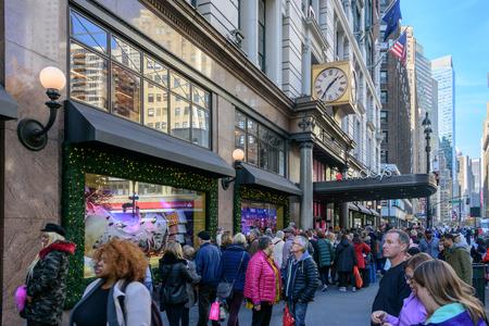 NEW YORK CITY - NOV. 25. 2017: gli acquirenti fuori dallo splendido negozio di Natale hanno decorato il negozio Herald Square di Macy il Black Friday Archivio Fotografico - 92506521