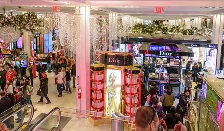 NEW YORK CITY - NOV. 25. 2017: gli acquirenti riempiono il bellissimo negozio di Macy's Herald Square decorato il Natale il Black Friday Archivio Fotografico - 92506530