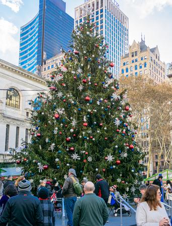 NEW YORK CITY - NOV. 25. 2017: persone che si godono l'enorme albero di Natale all'Herald Square Holiday Market il Black Friday a Manhattan Archivio Fotografico - 92506557