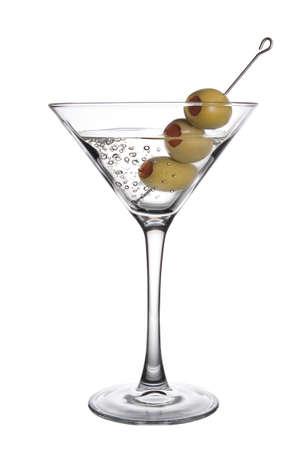 Ein Olive Martini Cocktail mit Luftblasen auf weißem Hintergrund
