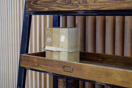 Shelves for books. Vintage books on the shelves. Zdjęcie Seryjne - 102136363