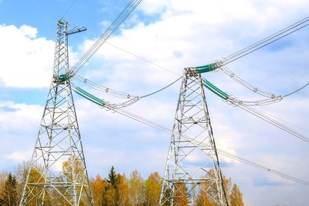 Pylônes de lignes électriques à haute tension et un ciel bleu avec des nuages