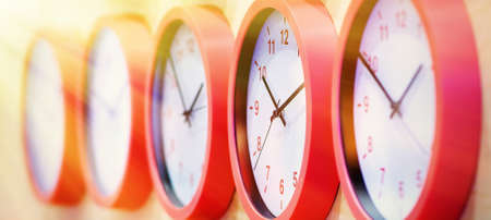 Blurred background. Selective focus. The red-edged clock is arranged in a row Foto de archivo