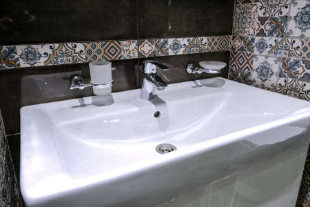 Modern sinks with a mirror in a public toilet. Bachelors reflection in the mirrors Banque d'images