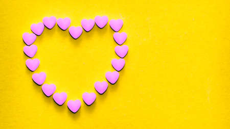 Heart-shaped tablets that form a heart shape on a yellow background Banque d'images