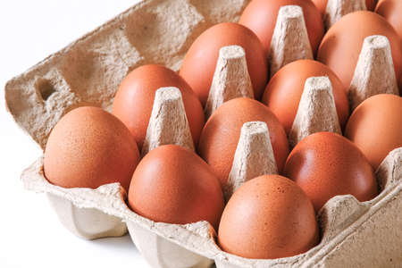 A tray of chicken eggs. Breakfast symbol, diet food. Close-up for the design. The concept of healthy eating. Banco de Imagens