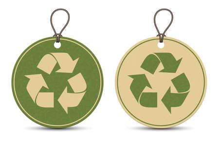 reciclar: Dos etiquetas de reciclaje de papel aislados sobre fondo blanco